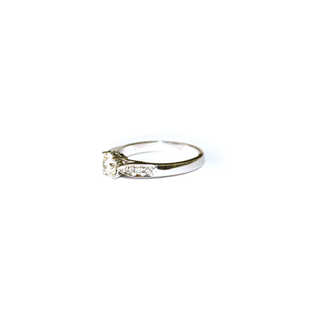 Diamond-engagement-ring-with-tapered-diamond-band